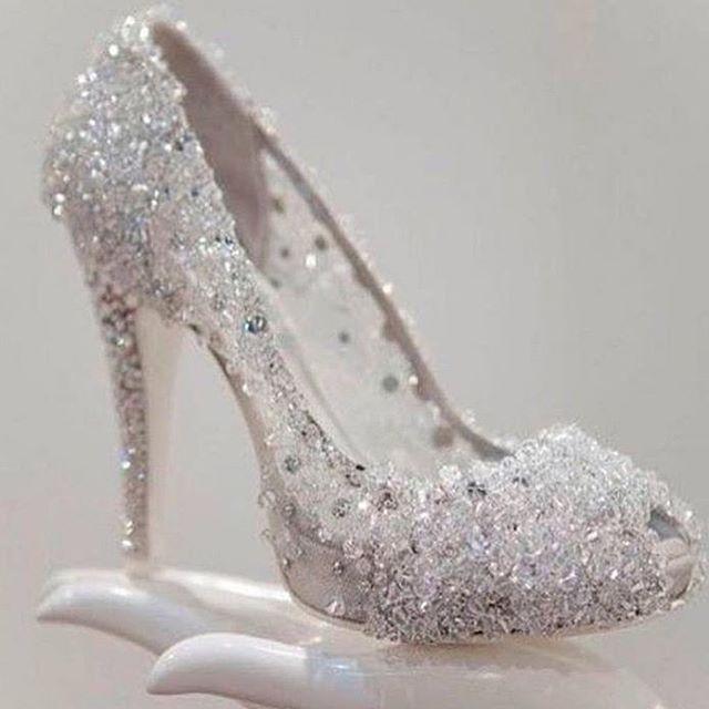 Beautiful wedding shoe! It's like a Cinderella slipper What kind .