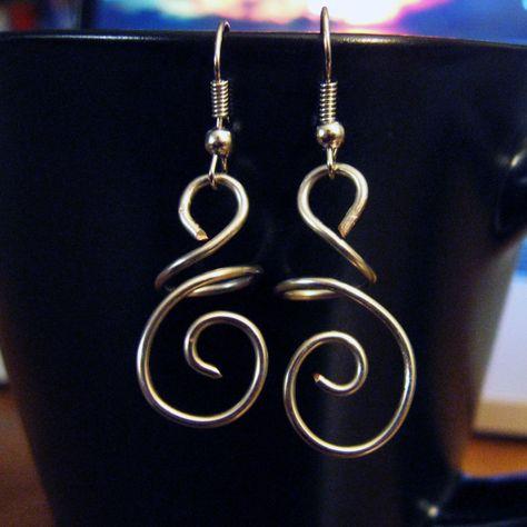 DIY Hanging Swirl Wire Earrings   Wire jewelry earrings, Wire .