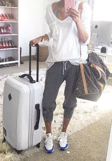 this comfy outfit is perfect for traveling! | Comfy travel outfit .