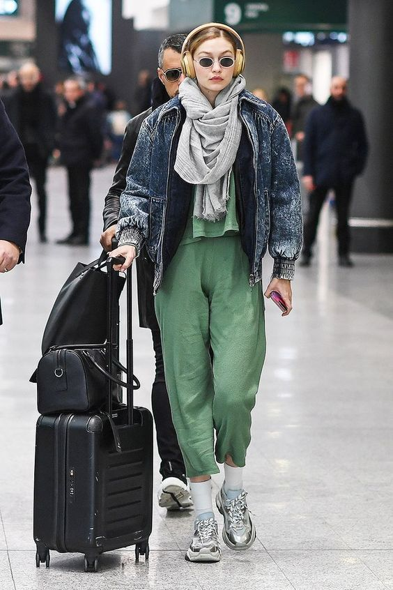 Airport style / celebrities at the airport in 2020 | Gigi hadid .